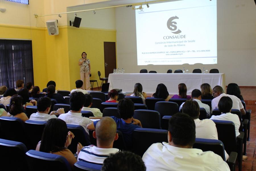 A diretora superintendente, Maria Cármen Amarante Botelho, foi quem iniciou as explicações sobre a estrutura do CONSAÚDE.