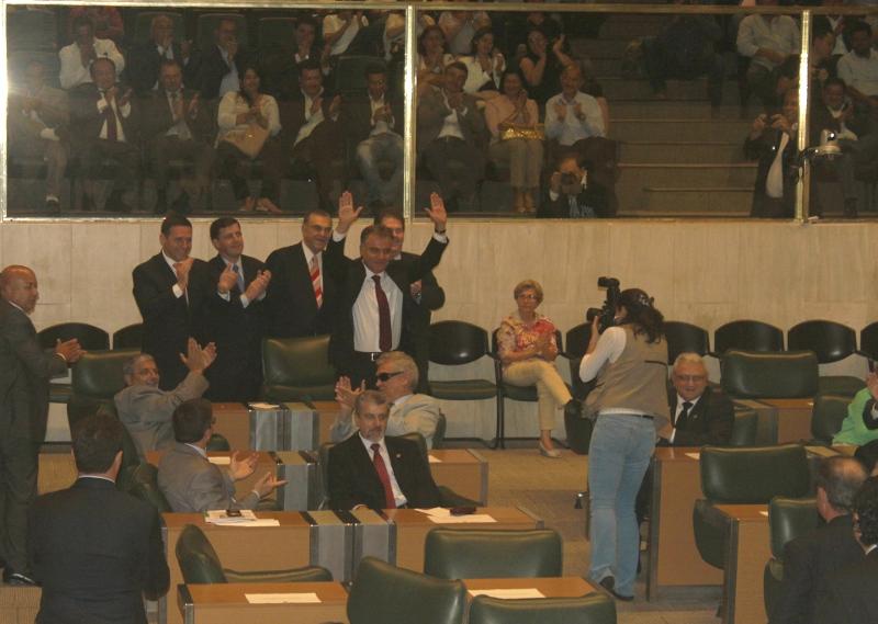 Deputado Samuel Moreira é ovacionado durante votação.
