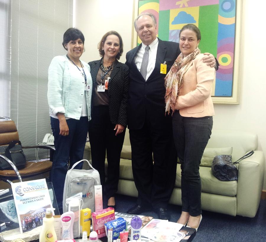 """Integrantes do CONSAÚDE  e da ABIHPEC durante encontro que selou a parceria para o projeto """"De Bem com Você – a Beleza contra o câncer."""""""